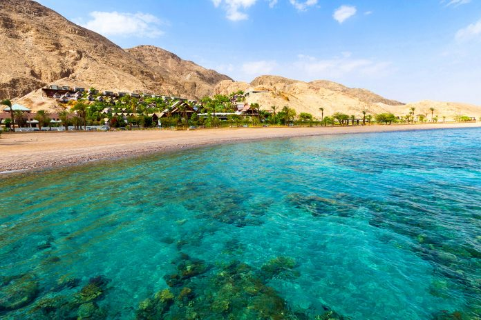 Big jordanien strandabschnitt im golf von aqaba im norden des roten meers jordanien zbyszek nowak fotolia 696x464